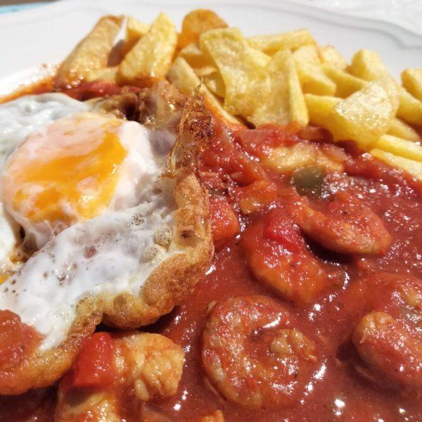 langostinos con tomate y huevo frito