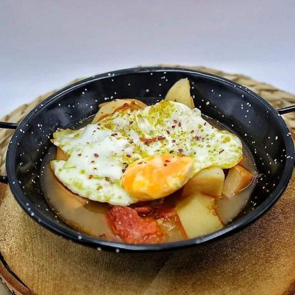 papas con choco y huevo frito
