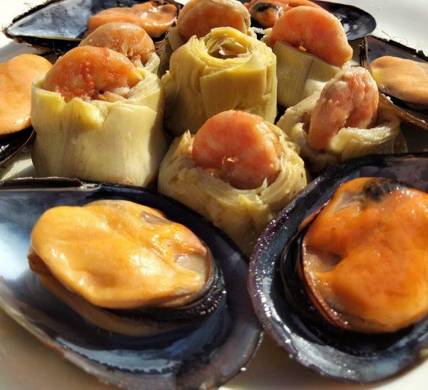 corazons de alcachofa con langostinos al ajillo y mejillones